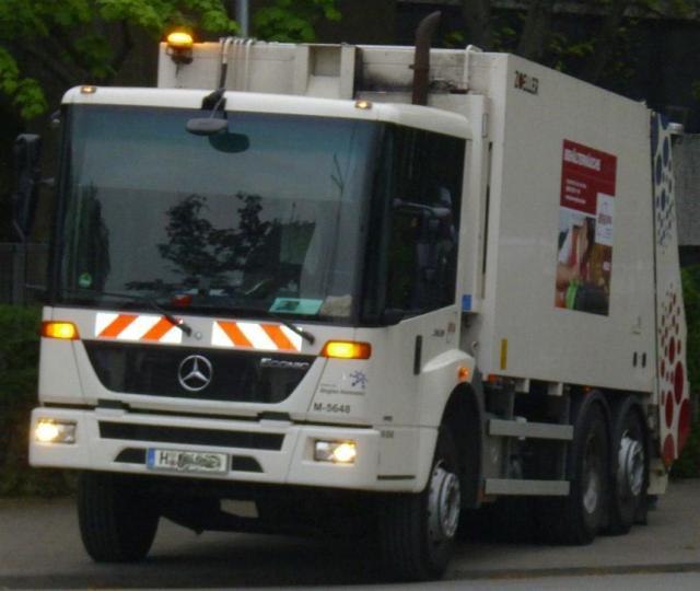 Mercedes_Benz_Econic__Sperrm_llabholung_.JPG