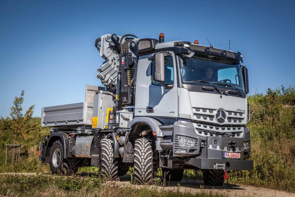 bf24-Mercedes-Benz Arocs, Energiewirtschaft, mit Ladekran und Ballastbrücke.jpg