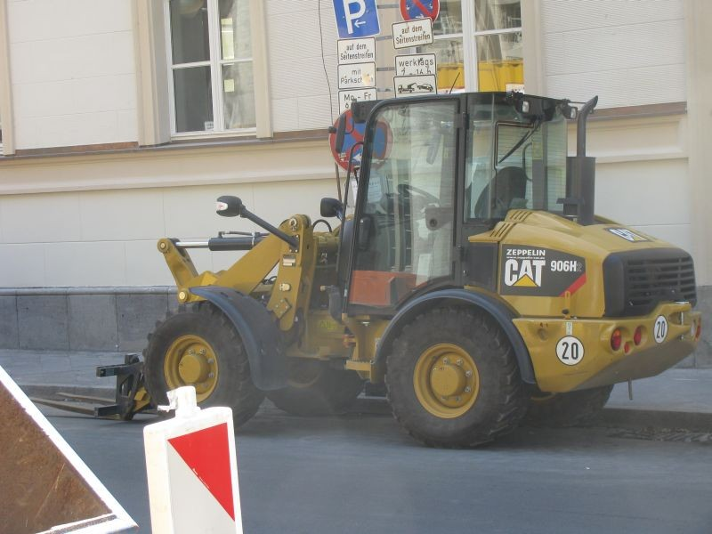 cat 906 h2.jpg