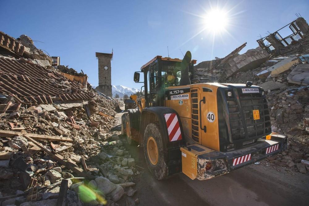 HyundaiHL757-9ARadlader beiAufräum- und Wiederaufbauarbeiten nach dem Erdbeben 2016in Mittelitalien