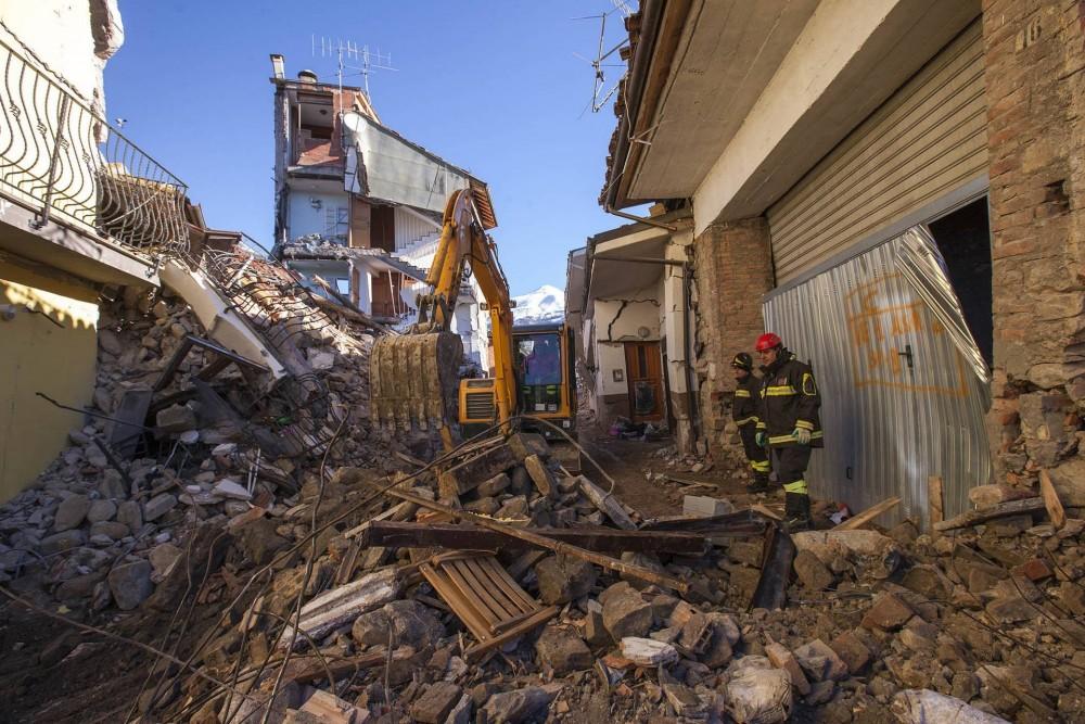 Hyundai R60CR-9A Bagger beiAufräum- und Wiederaufbauarbeiten nach dem Erdbeben 2016in Mittelitalien