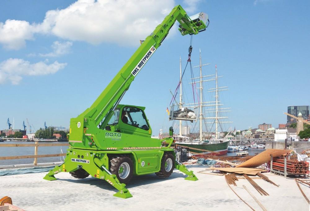Ausgestattet mit einer Seilwinde transportiert der Merlo Roto 40.18 von HKL Material innerhalb des Arbeitsbereichs