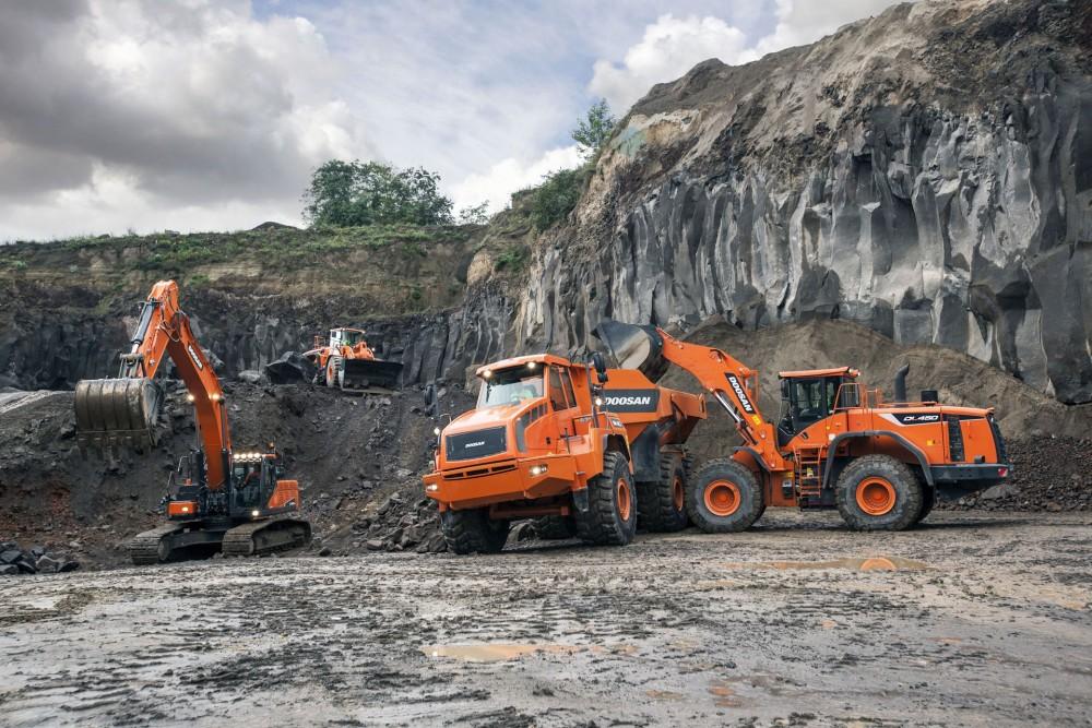 Doosan Familie im Steinbruch: Radlader, Raupenbagger und Muldenkipper