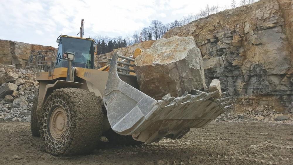 Komatsu WA600-8 mit Rädlinger Felsschaufel:Steinabweiser schützen die Seitenbleche und reduzieren das Nachrutschen des Materials hinter der Schaufel