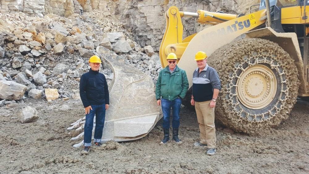 Fahrer Hansi Künschner (rechts), Klaus Huppert, Geschäftsführer von Bauer Schotterwerk, (mitte) und Alexander Wirthwein, Gebietsverkaufsleiter bei Rädlinger