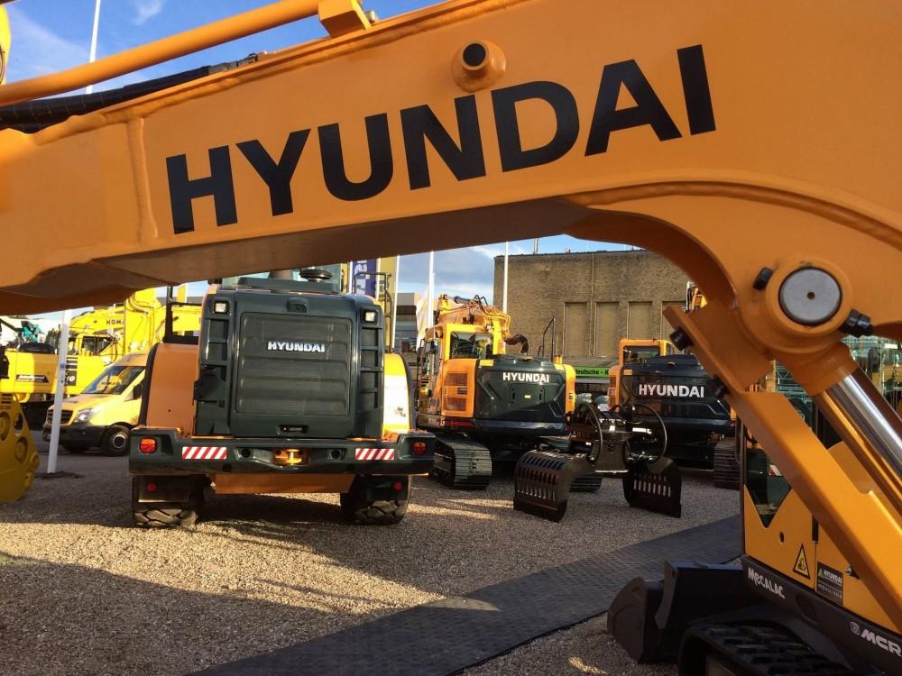 Hyundai Baumaschinen auf dem Stand von Wienäber während der NordBau