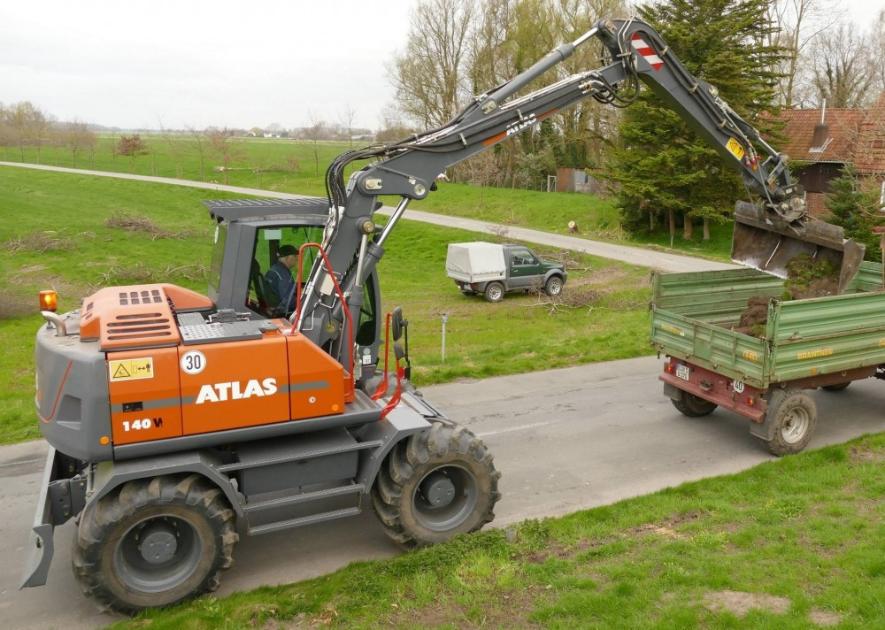 Der ATLAS Bigfoot 140 W bearbeitet hier ein Deichprofil