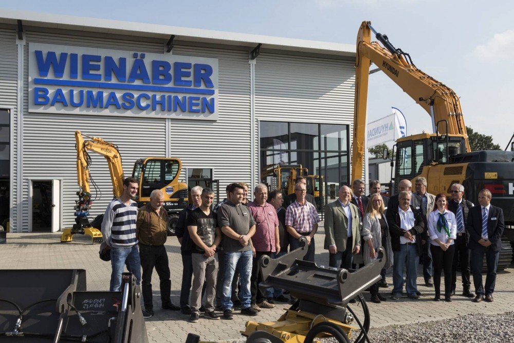 Das Team von Wienäber Baumaschinen bei der Eröffnung der neuen Niederlassung in Meinersen