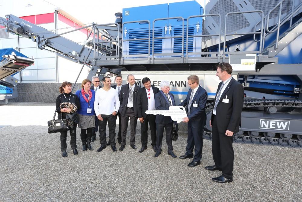 An der bauma 2016 übergab Stefan Wirtgen, Geschäftsführender Gesellschafter der Wirtgen Group, den Schlüssel für die MC 125 RR an Christian Laye, Generaldirektor von SMBP
