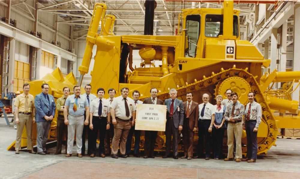 Die stolze Caterpillar Entwicklungsmannschaft 1977 vor dem ersten D10 mit dem damals revolutionären Delta-Laufwerk
