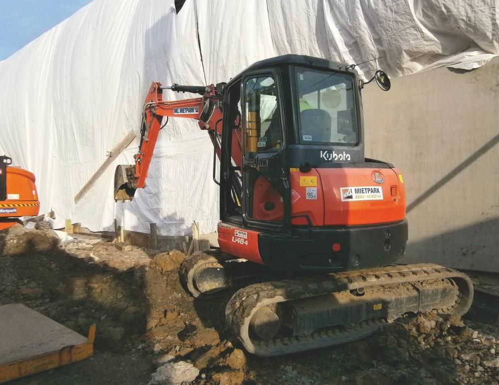 Der Kubota U48 aus dem HKL MIETPARK unterstützt Rohbauarbeiten für neue Werkshalle in Heilbronn