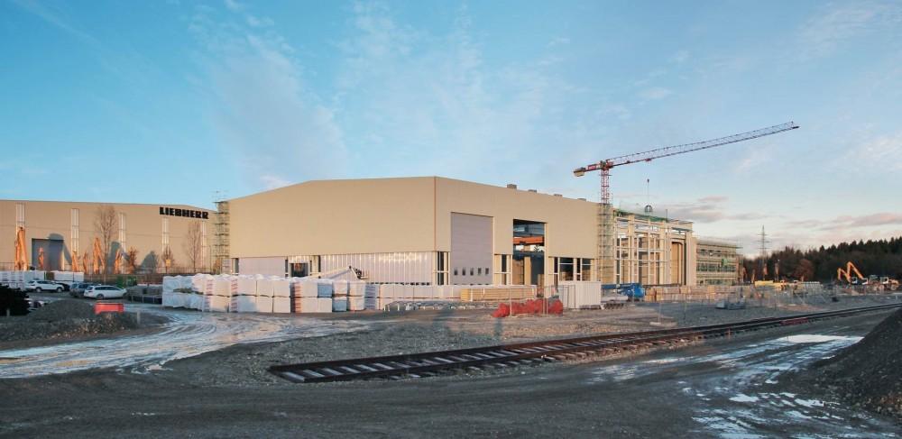 Der Rohbau für die neue Versuchshalle und das Verwaltungsgebäude vom Entwicklungs- und Vorführzentrum von Liebherr ist fertiggestellt