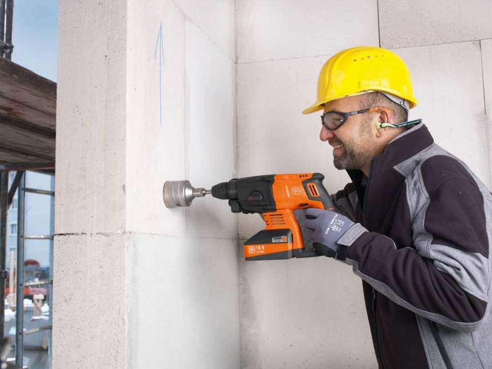 FEIN ABH 18 -Der Bohrhammer setzt 68-mm-Steckdosenlöcher ins Mauerwerk