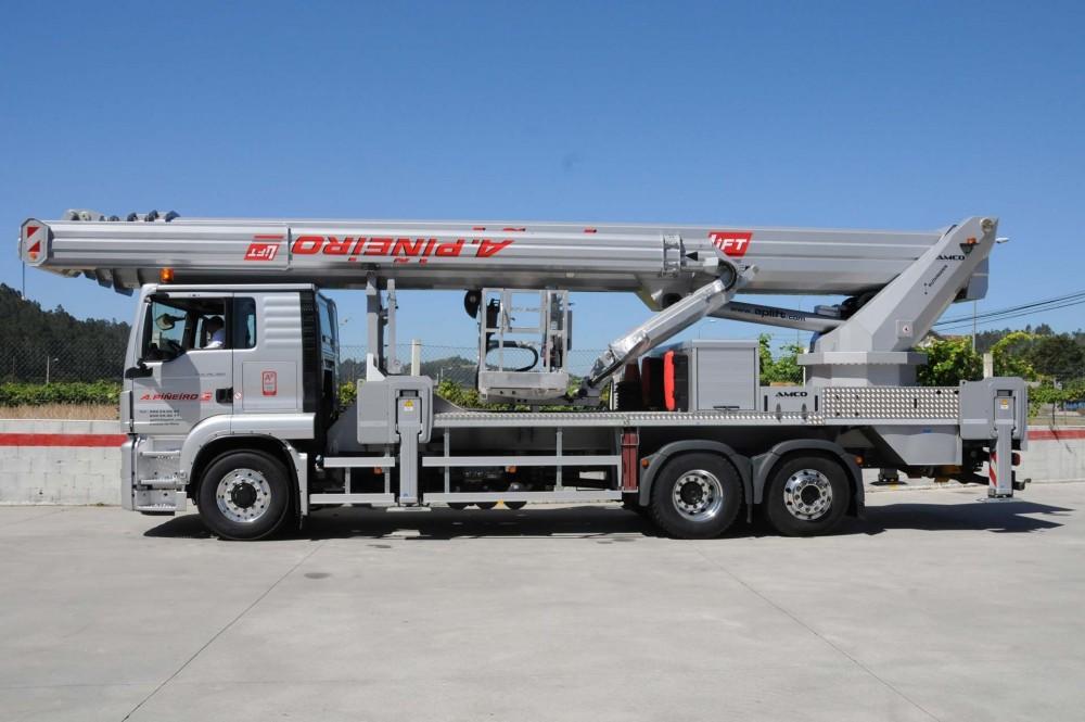 Montiert auf 3-Achs-Chassis, verfügt der T 570 HF über 57 m Arbeitshöhe und 41 m Reichweite