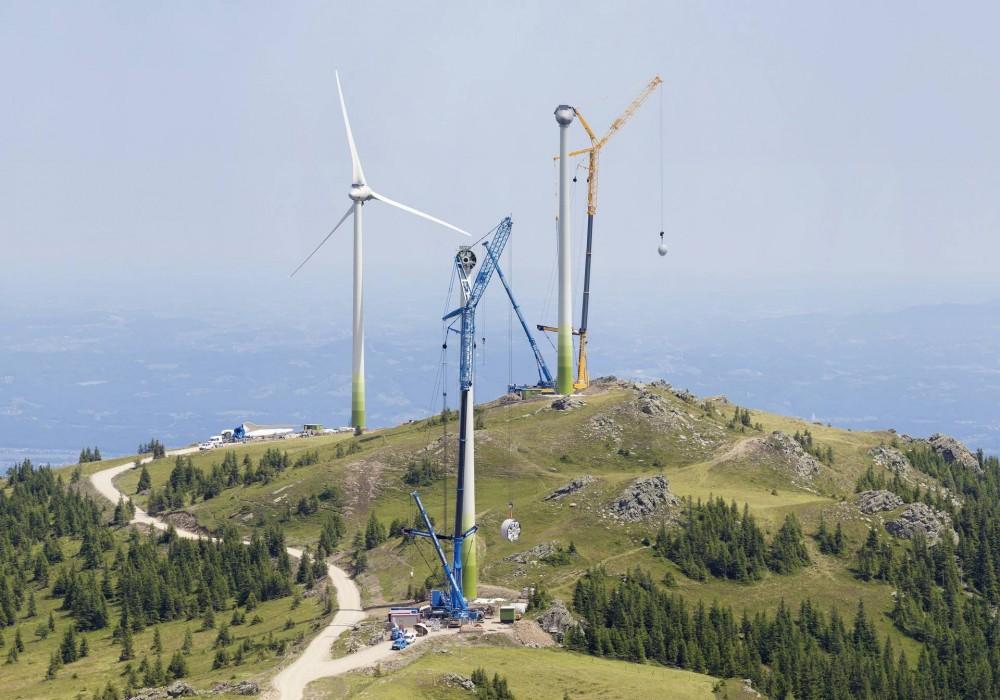 Drei Neunachs-Krane vom Typ Liebherr LTM 1750-9.1 errichteten auf der 1700 Meter hoch gelegenen Weinebene im Süden Österreichs einen Windpark