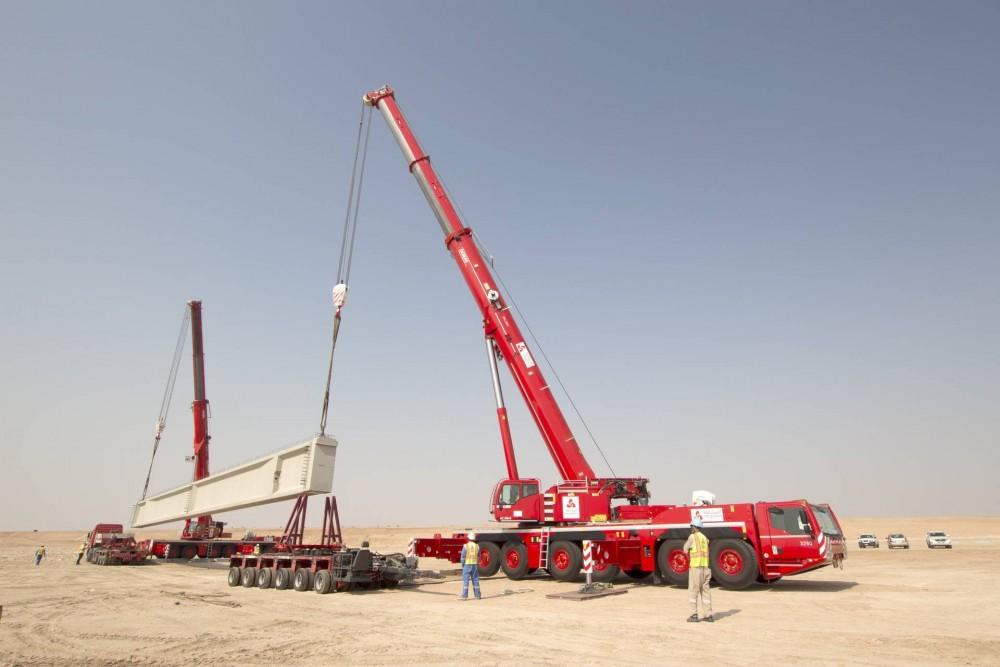 Demag 300-6 All-Terrain-Krane bei einem Tandemhub in der arabischen Wüste