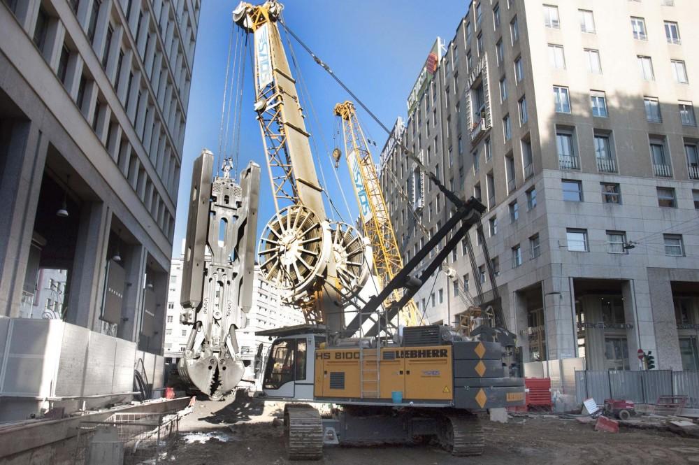 Der HS 8100 HD mit hydraulischem Schlitzwandgreifer beim Baustelleneinsatz in Mailand