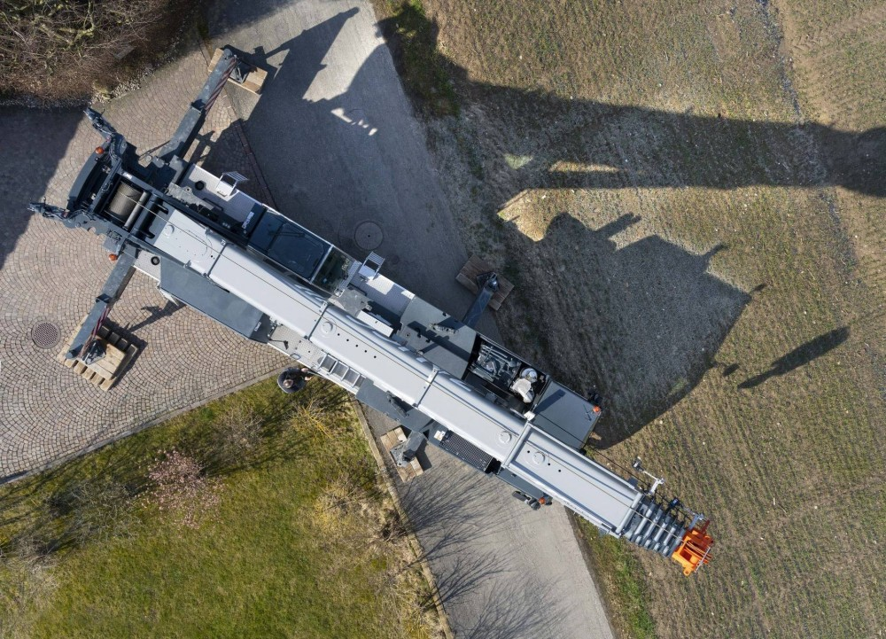 liebherr-mobile-crane-zaugg-3-300dpi (1920).jpg