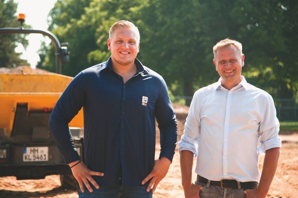 Vincent Norman Jawinsky, Kundenberater HKL Center Lübeck, und Erik Maack, Bauleiter bei Weitzel Sportstättenbau.
