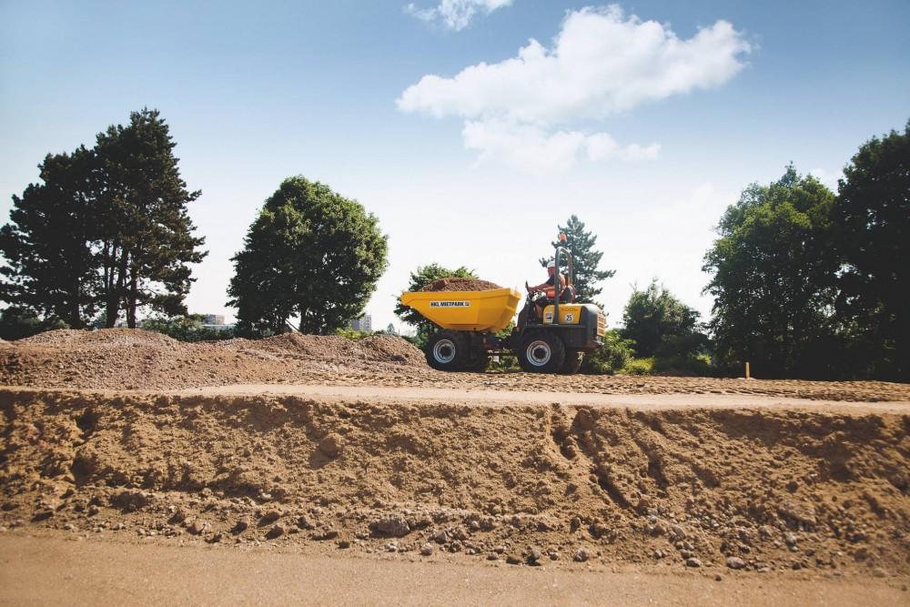 Helfer beim Sportstättenbau in Lübeck: Ein Dumper von HKL unterstützt Entwässerungsarbeiten auf dem Kunstrasenspielfeld