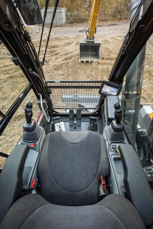 """Liebherr R 926 Compact:Das 7""""-Touch Screen-Farbdisplay in der Kabinebietet dem MaschinenführerEinstellungs-, Überwachungs- und Kontrollmöglichkeiten"""