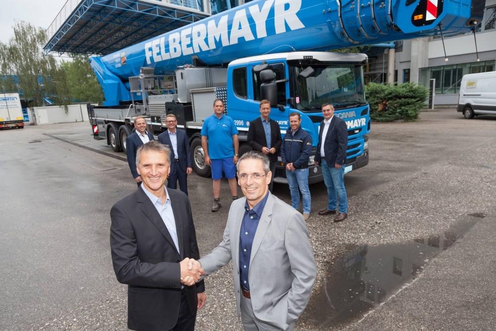 Bernhard Reinisch (l., Geschäftsführer RUTHMANN Österreich) übergibt den ersten T 900 HF an DI Horst Felbermayr (r.)