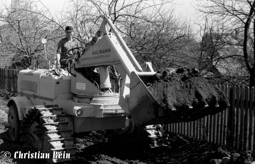 h-sw-003-06-Film1-Lader Ahlmann beim Bau des Schweinehauses in Laudenbach 1956-13a.jpg