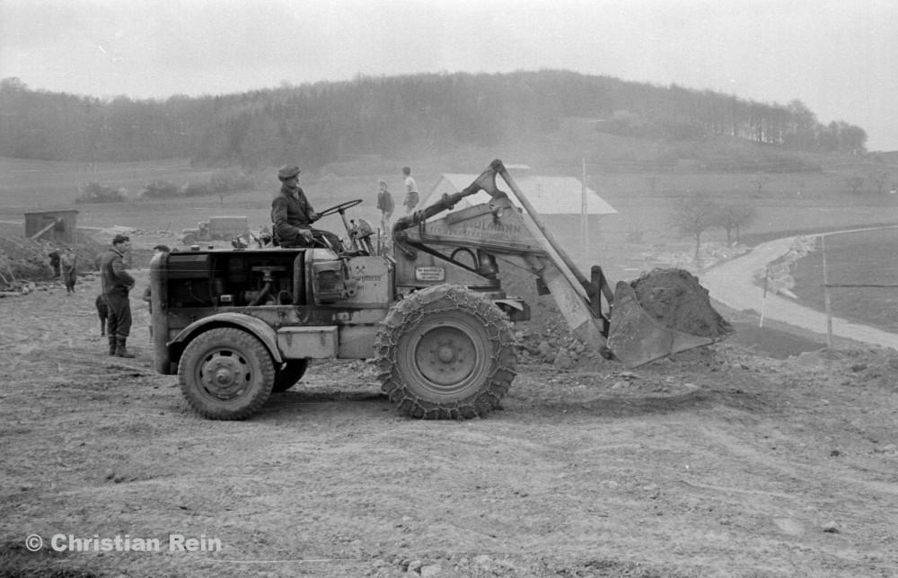 h-sw-023-03-Film2-Arbeitseinsatz vom Trusetalwerk beim Offenstall Elmenthal mit Lader Ahlmann Frühjahr 1959-17.jpg