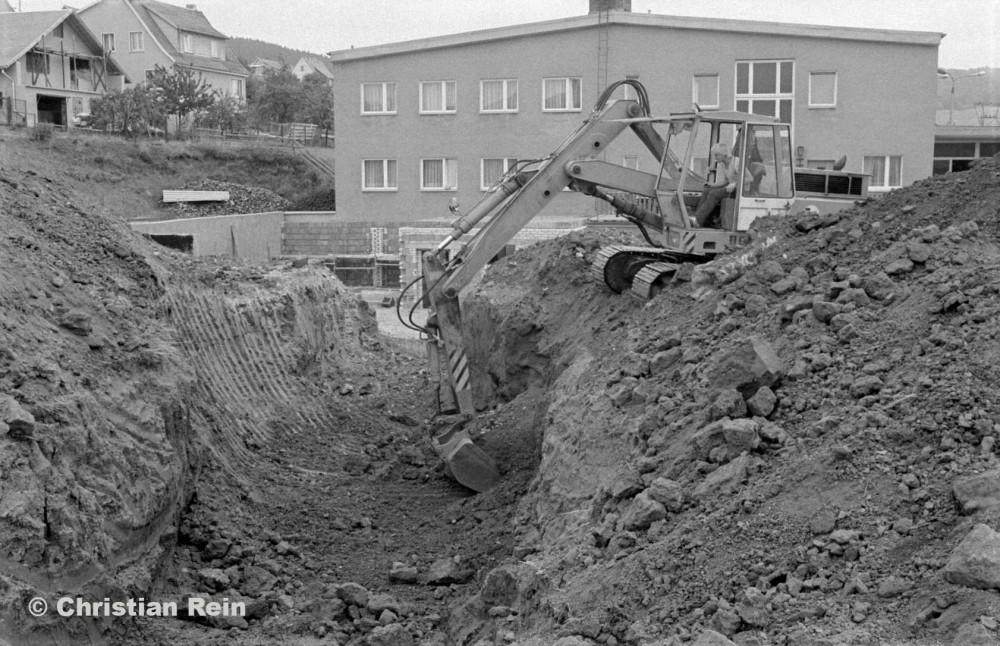 h-sw-10021-2-Ausschachten Heizkanal Sporthalle 25.09.82-29.jpg