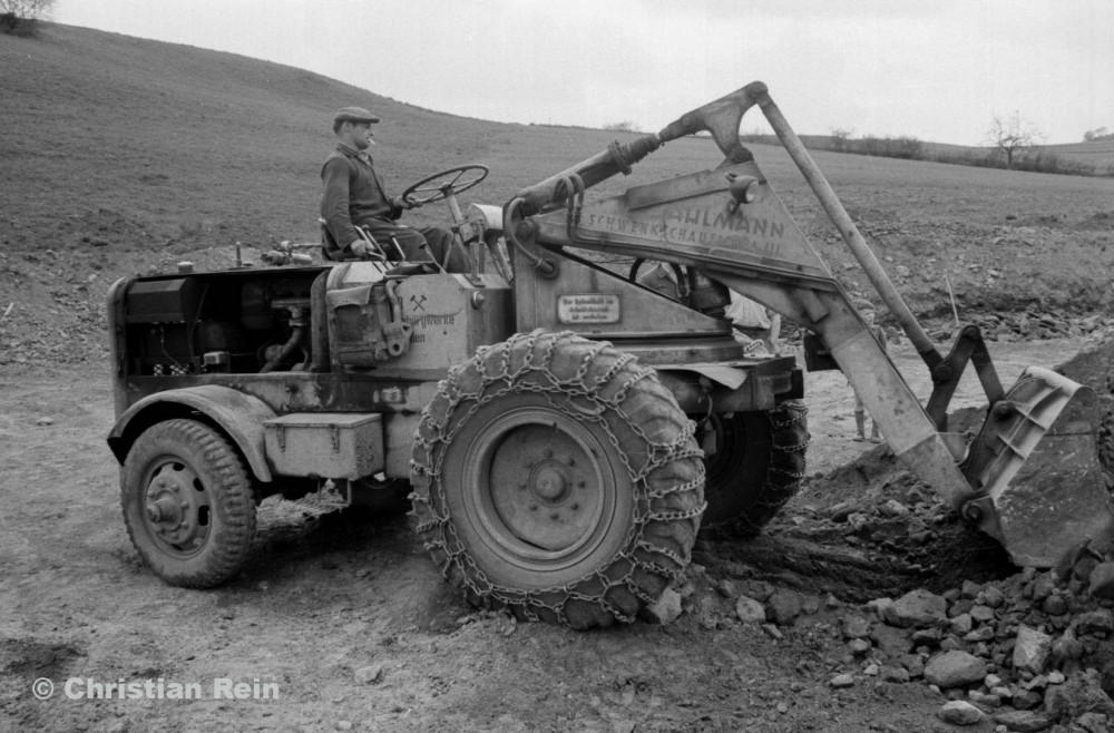 h-sw-023-03-Film2-Arbeitseinsatz vom Trusetalwerk beim Offenstall Elmenthal mit Lader Ahlmann Frühjahr 1959-16.jpg