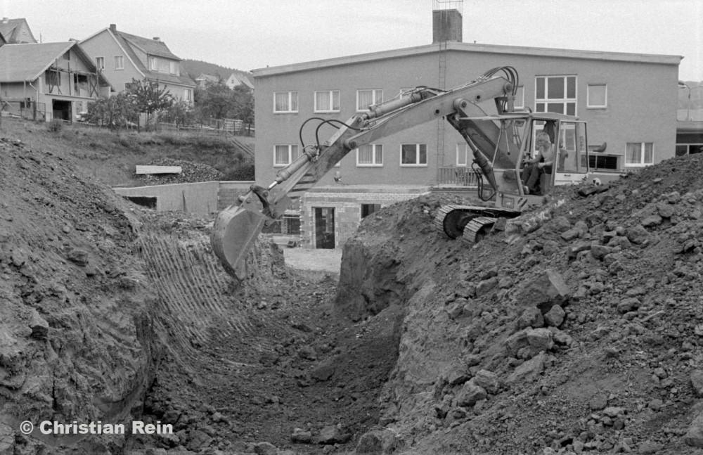 h-sw-10021-2-Ausschachten Heizkanal Sporthalle 25.09.82-27.jpg