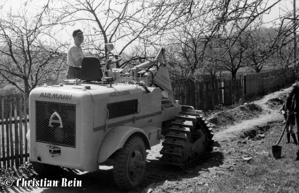 h-sw-003-06-Film1-Lader Ahlmann beim Bau des Schweinehauses in Laudenbach 1956-09a.jpg