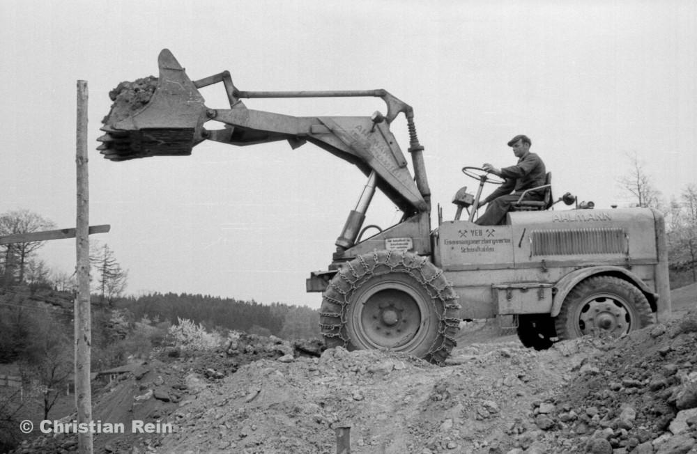 h-sw-023-03-Film2-Arbeitseinsatz vom Trusetalwerk beim Offenstall Elmenthal mit Lader Ahlmann Frühjahr 1959-18.jpg