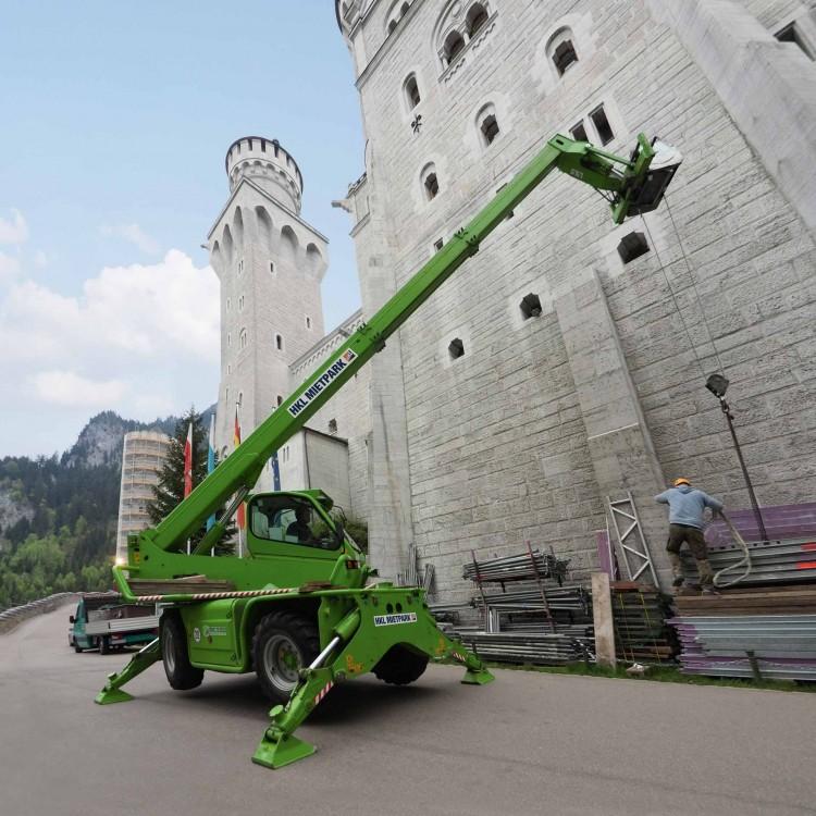 """Der von HKL gemietete Merlo Roto Teleskopstapler wurde auf der """"Neuschwansteinstraße"""" direkt unterhalb des Schlosses positioniert"""