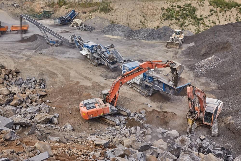 Kleemann Backen- und Kegelbrecher bei der Splittherstellung im Steinbruch