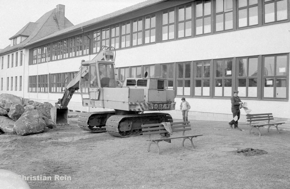 H-sw-10272-2-Erdarbeiten auf Schulhof Samstag 15.10.88-52.jpg