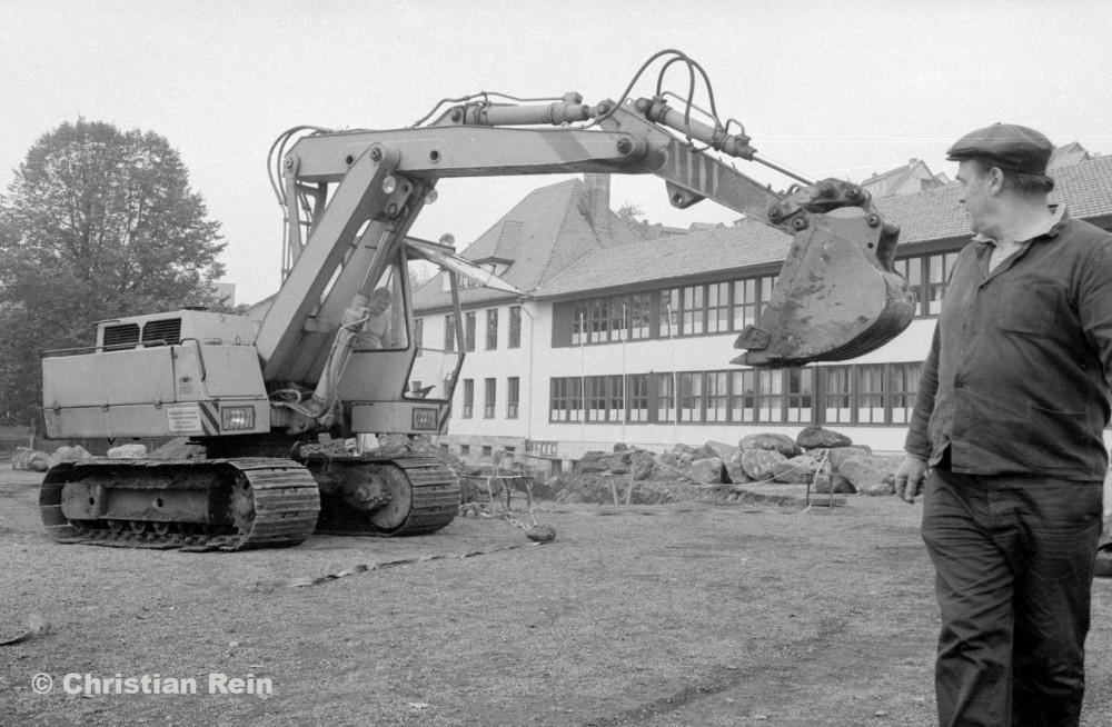 H-sw-10272-2-Erdarbeiten auf Schulhof Samstag 15.10.88-28.jpg