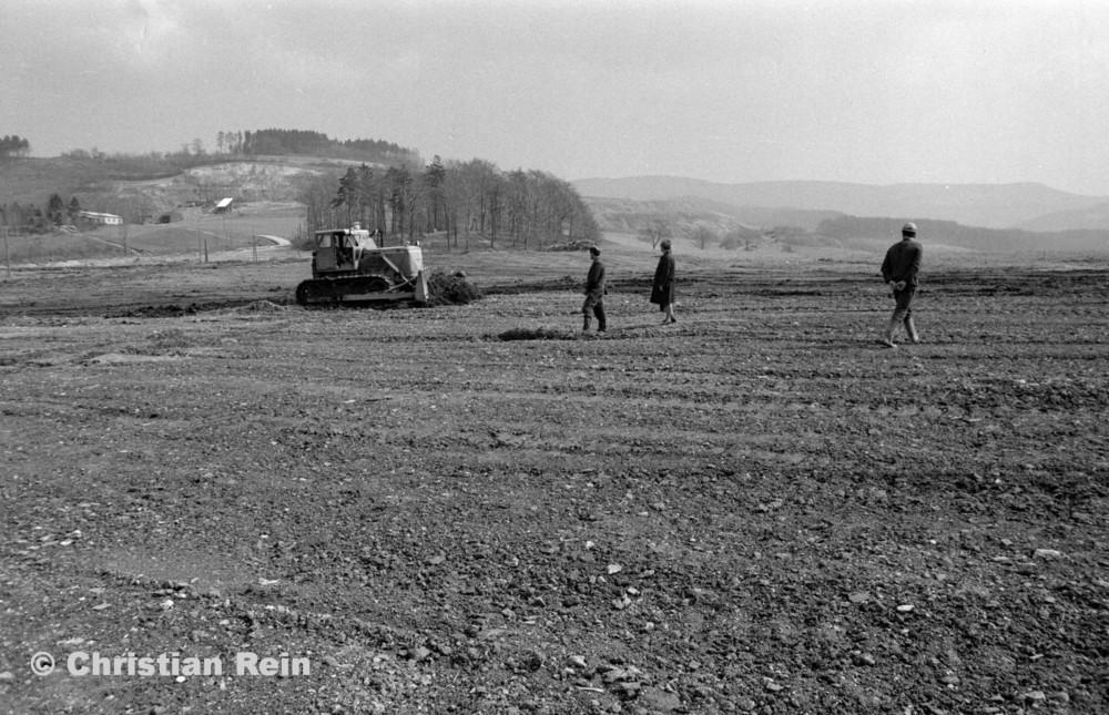 h-sw-054-11-Film1-Kettenraupe T 100 (Abraumhalde Liebensteinerstraße Kochenfeld) April 1972-13.jpg
