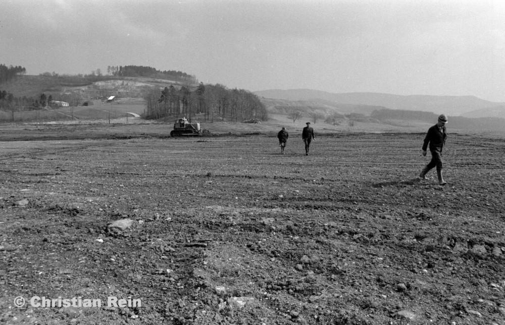 h-sw-054-11-Film1-Kettenraupe T 100 (Abraumhalde Liebensteinerstraße Kochenfeld) April 1972-15.jpg
