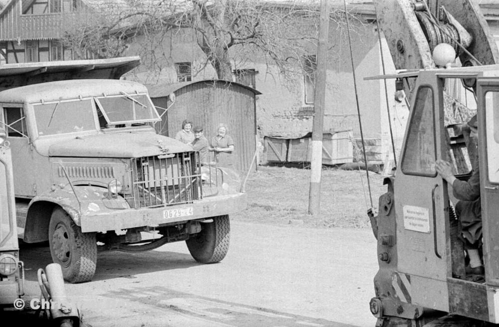 h-sw-055-33-Film1-Erdarbeiten mit Bagger UB60 und KrAZ 222 für Tankstelle am Bahnhof März 1973-25.jpg