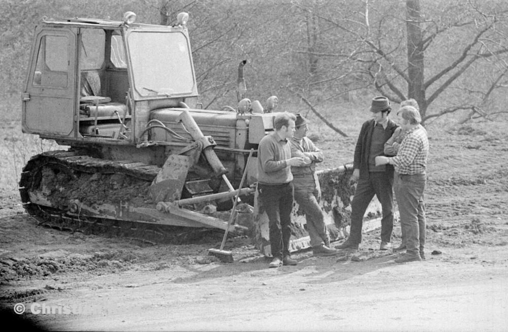 h-sw-055-33-Film1-Erdarbeiten mit Raupe FIAT AD7 für Tankstelle am Bahnhof März 1973-43.jpg