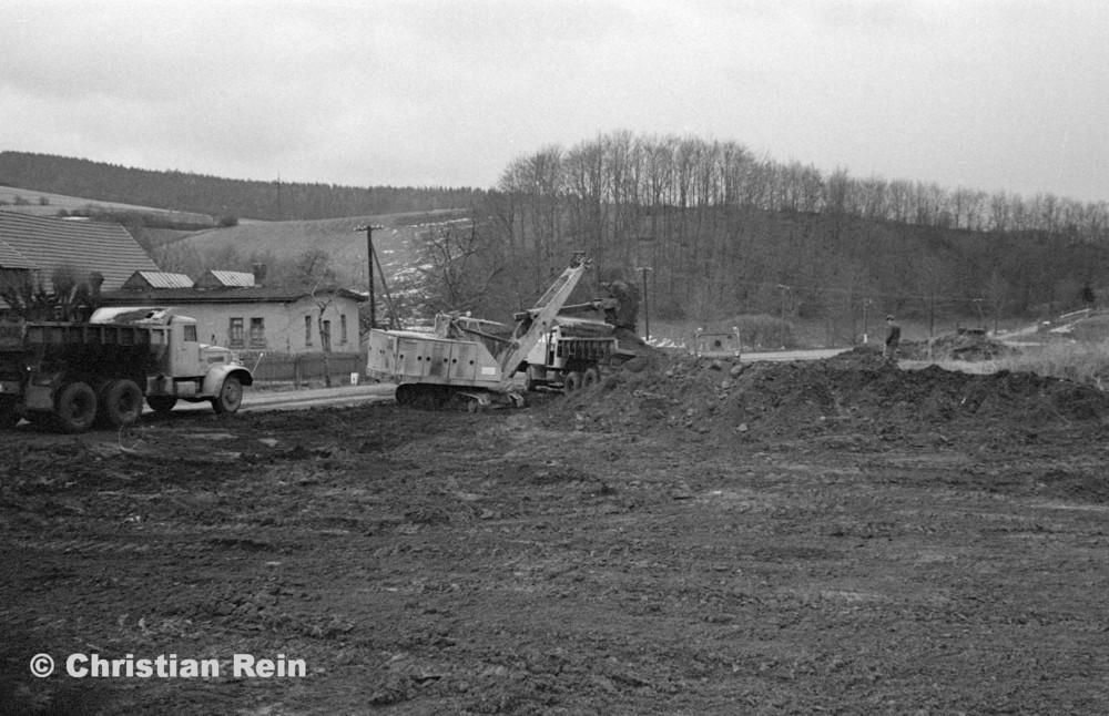 h-sw-055-33-Film1-Erdarbeiten mit Bagger UB60, Raupe FIAT AD7 und KrAZ 222 für Tankstelle am Bahnhof März 1973-21.jpg