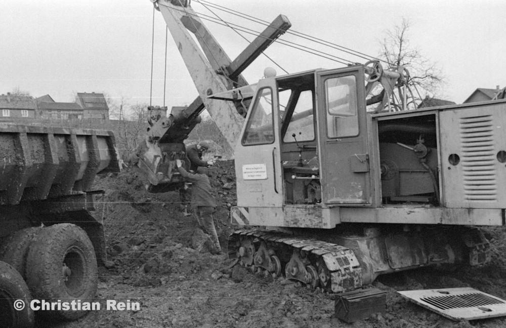 h-sw-055-33-Film1-Erdarbeiten mit Bagger UB60 und KrAZ 222 für Tankstelle am Bahnhof März 1973-17.jpg