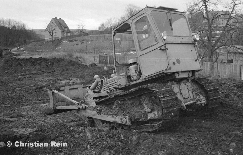 h-sw-055-33-Film1-Erdarbeiten mit Raupe FIAT AD7 für Tankstelle am Bahnhof März 1973-03.jpg