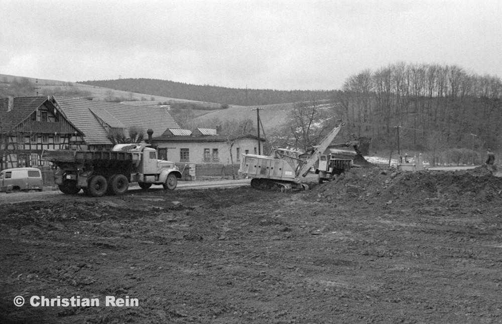 h-sw-055-33-Film1-Erdarbeiten mit Bagger UB60, Raupe FIAT AD7 und KrAZ 222 für Tankstelle am Bahnhof März 1973-19.jpg