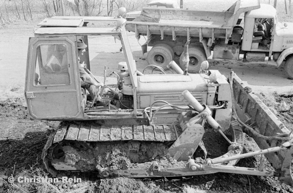 h-sw-055-33-Film1-Erdarbeiten mit Raupe FIAT AD7 und KrAZ 222 für Tankstelle am Bahnhof März 1973-47.jpg