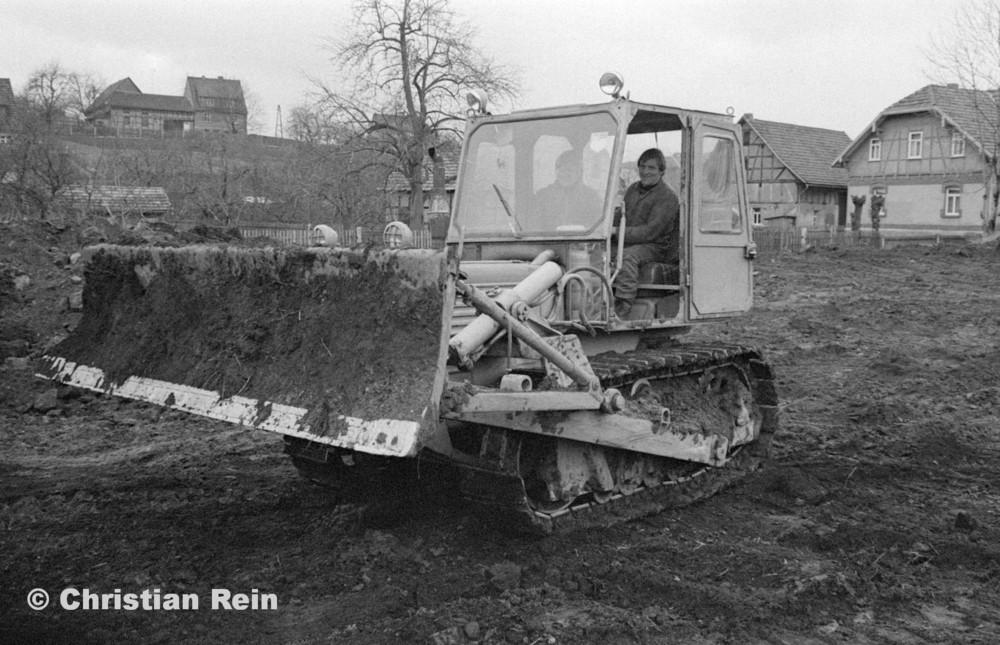 h-sw-055-33-Film1-Erdarbeiten mit Raupe FIAT AD7 für Tankstelle am Bahnhof März 1973-15.jpg
