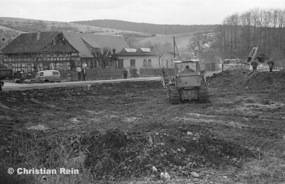 h-sw-055-33-Film1-Erdarbeiten mit Bagger UB60, Raupe FIAT AD7 und KrAZ 222 für Tankstelle am Bahnhof März 1973-05.jpg