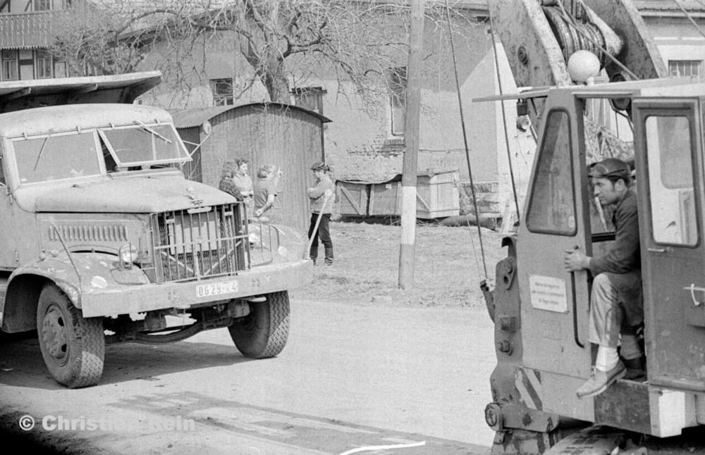 h-sw-055-33-Film1-Erdarbeiten mit Bagger UB60 und KrAZ 222 für Tankstelle am Bahnhof März 1973-23.jpg
