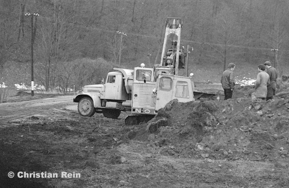 h-sw-055-33-Film1-Erdarbeiten mit Bagger UB60, Raupe FIAT AD7 und KrAZ 222 für Tankstelle am Bahnhof März 1973-11.jpg